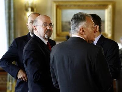 Presedintele UDMR, Marko Bela, asteapta inceputul consultarilor cu presedintele Romaniei, la Palatul Cotroceni din Bucuresti, vineri, 5 decembrie 2008. Consultarile dintre presedintele Traian Basescu si delegatia UDMR s-au desfasurat la Cotroceni, din delegatia Uniunii facand parte liderul Marko Bela, Kelemen Honor si Laszlo Borbely. BOGDAN STAMATIN / MEDIAFAX FOTO