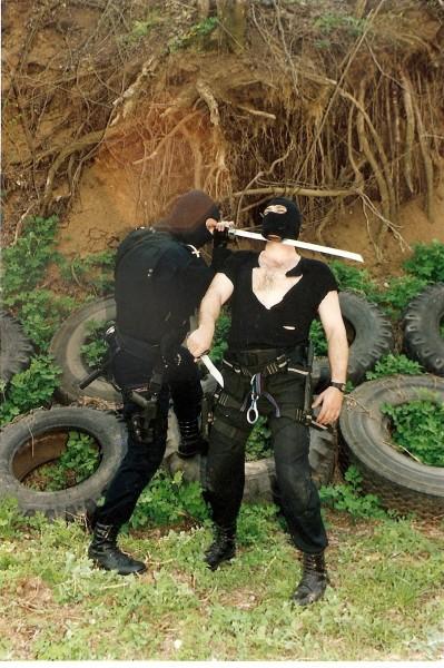 Gheorghe Rizea, la antrenament, pozându-se in ninja, după ce un câine l-a lăsat fără ouă