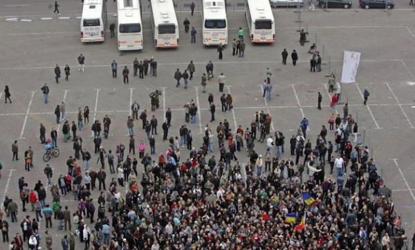 Bizonii aduşi de la Alexandria, cu cinci autocare, să-i susţină pe Mircea Badea şi Victor Ciutacu ( foto: evz.ro)