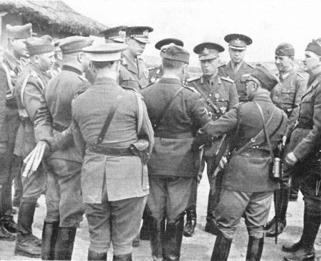 Generalul Ion Antonescu in mijlocul ofiterilor 1941.jpg