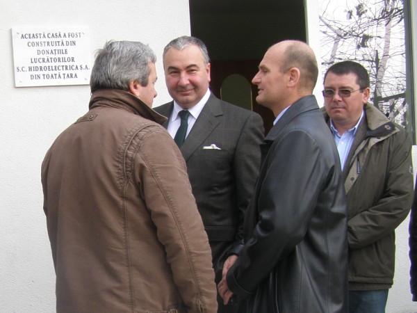 Directorul general Romica Grigoriu (cu ochelari), alături de Mihai David (centru) șeful Hidroelectrica și de prefectul Mihai Archip (foto: ziarpiatraneamt.ro)