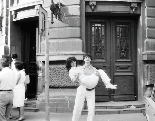 """Impreună cu soția mea, în fața intrării în clădirea unde se află Facultatea de Matematică din cadrul Universității București. Aveam """"deviații vizibile de comportament"""" și chiuleam de la Ecuații diferențiale și cu derivate parțiale! Așa arăta atunci """"MATEMATICIANUL"""", """"dușmanul poporului"""" de lași, bizoni și mămăligari!"""