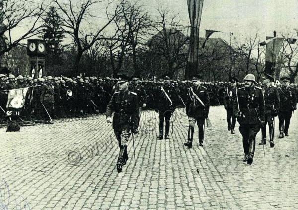 Maresalul Antonescu dând onorul