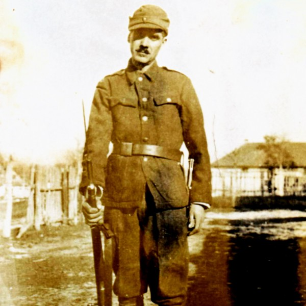 Bunicul Badea Gh Ion, la începutul lui 1943 (ultima fotografie in viața), an în care avea să fie ucis de sovietici, pe frontul de est