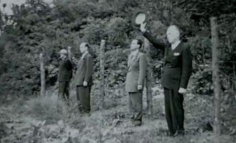 """Maresalul Ion Antonescu în fața plutonului de execuție, strigând, cu pălăria ridicată, după ce s-a dat comanda """"FOC!, """"TRĂIASCĂ ROMÂNIA!!!"""""""