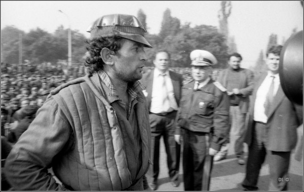 Miron Cozma, liderul minerilor. In planul secund cativa dintyre oprganizatori: Cico Dumitrescu și Iosif Boda, consilierul lui Ion Iliescu
