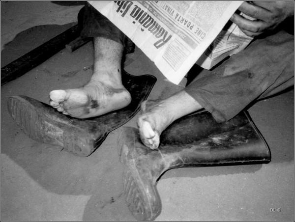 Picioare de miner citind ziarul