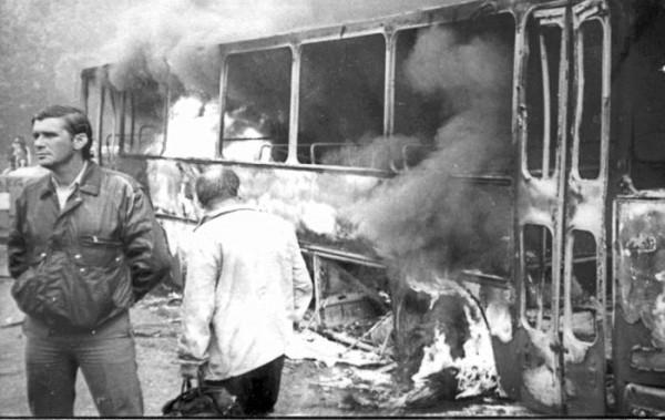 incendierea unui autobuz de catre organizatorii mineriadei