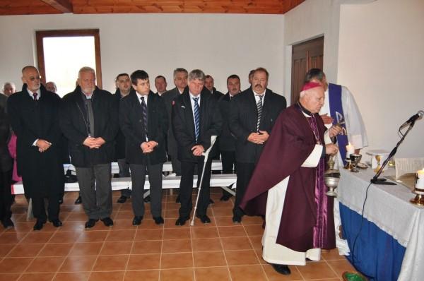Borboly Csaba (tinerelul din centru), alături de groful pădurilor, Kersttoy, privind la de trimisul pe pământ al Apostolului Paul, cel cu fes roșu