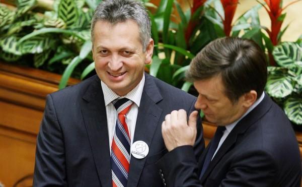 """Susținut de """"aracul"""" Antonescu, inculpatul Fenechiu rânjește în dulcele stil liberal impus de Crin unui partid fără legătură cu liberalismul."""