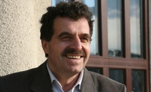 Primarul Ioan Cozma, paravanul lui Iacob din Negrești. Priviți cât e de senin. Habar n-are că e marioneta șantajistului Iacob! Zâmbețte fericit, deși are un țurțure în fund cât viloiul lui Iacob din strada Lotru 16 - București.