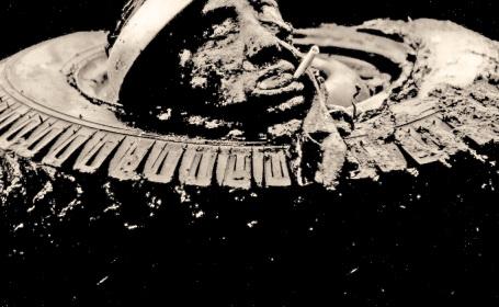 Capul unui USLAȘ, tăiat și expus pe osia (cu cauciucuri) a unuia dintre TABuri