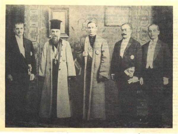 Delegația Consiliului Dirigent al Transilvaniei venită la București pentru a înmâna Regelui Ferdinand I Actul Unirii; de la stânga la dreapta: Vasile Goldiș, Miron Cristea, Iuliu Hossu, Alexandru Vaida-Voievod și Caius Brediceanu.
