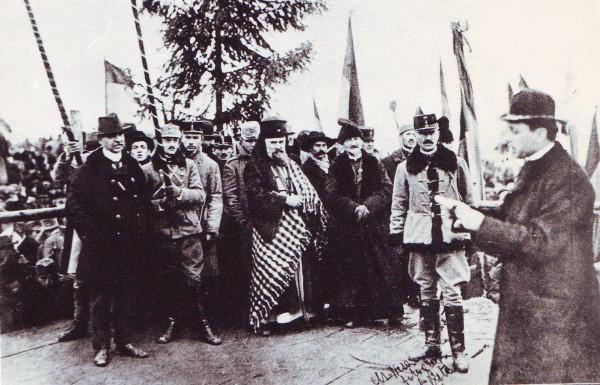 Episcopul Iuliu Hossu dă citire Rezoluției de la Alba Iulia