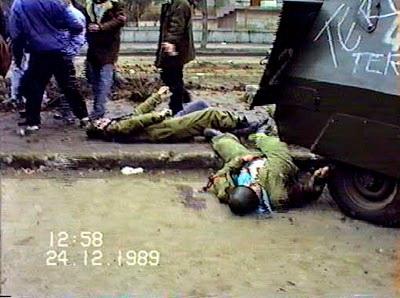 uslași uciși, cu mâinile îndreptate parca spre dușmanul ascuns în clădirea MApN