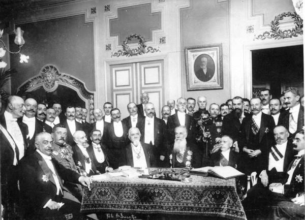 Membrii Sfatului Ţării, sala în care s-a semnat Actul Unirii Republicii Democrate Moldoveneşti (succesoarea guberniei Basarabiei, fostă parte componentă a Ţării Moldovei) cu România, 27 martie/9 aprilie 1918